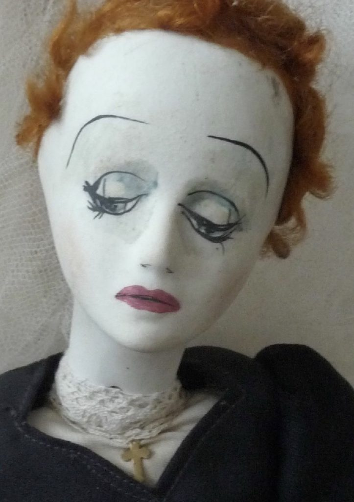 mannequin head resembling Edith Piaf